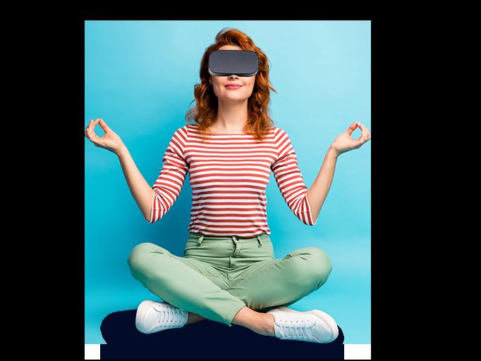 femme en tailleur et regardant une vidéo à 360° dans un casque de réalité virtuelle
